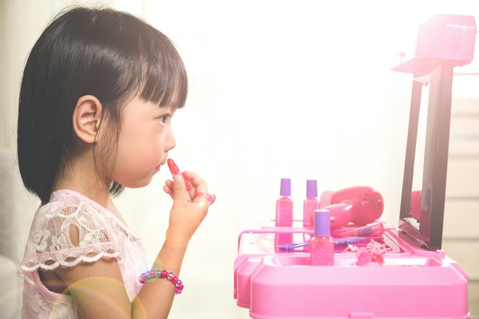 Introduce Pretend Makeup Kits for Young Artists