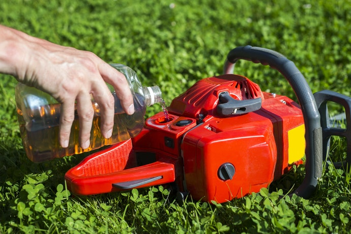 Make Sure the Chainsaw is Easy to Oil