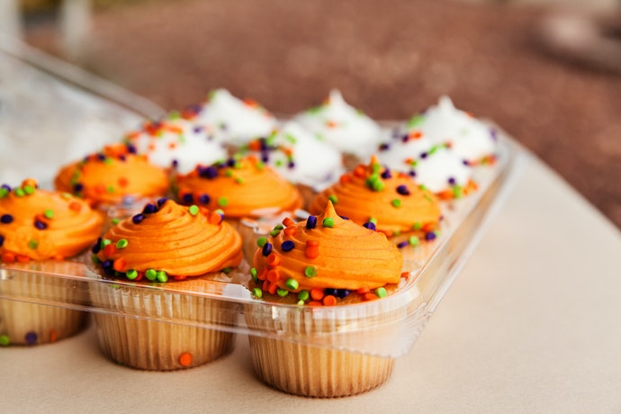 A Tight-Lock System Helps Preserve Cupcake Freshness