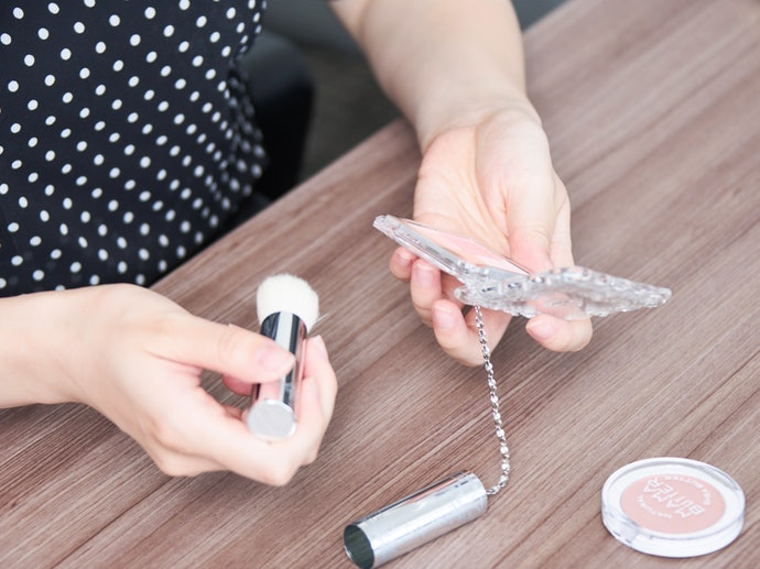 ③ Gauge How Easy it is to Use: the Case, the Brush, the Powder, etc.