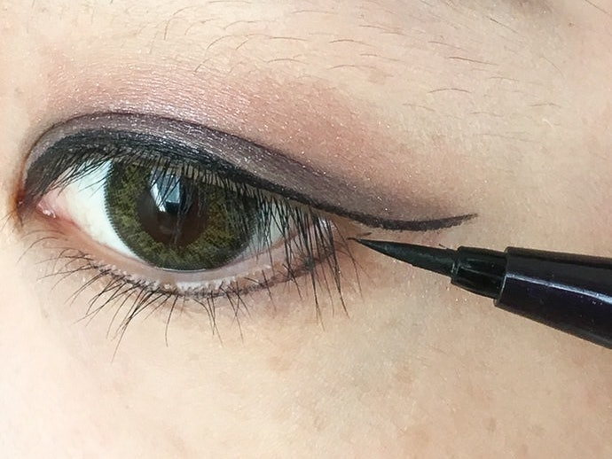 Upper Lash Line Lasts All Day. While the Lower Lash Line Does Fade, It Doesn't Smudge
