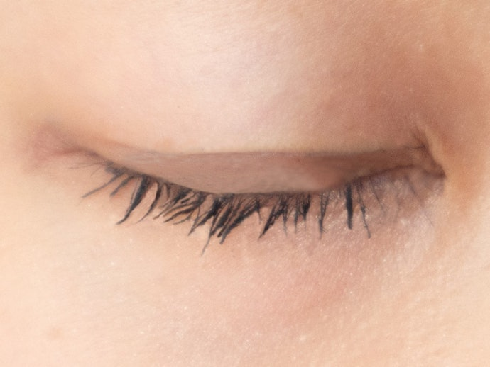 Fibers Adheres onto Lashes in Varying Amounts